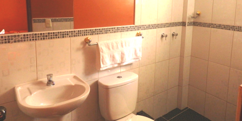 Bathroom - Peru Quechuas Lodge Ollantaytambo 800x400